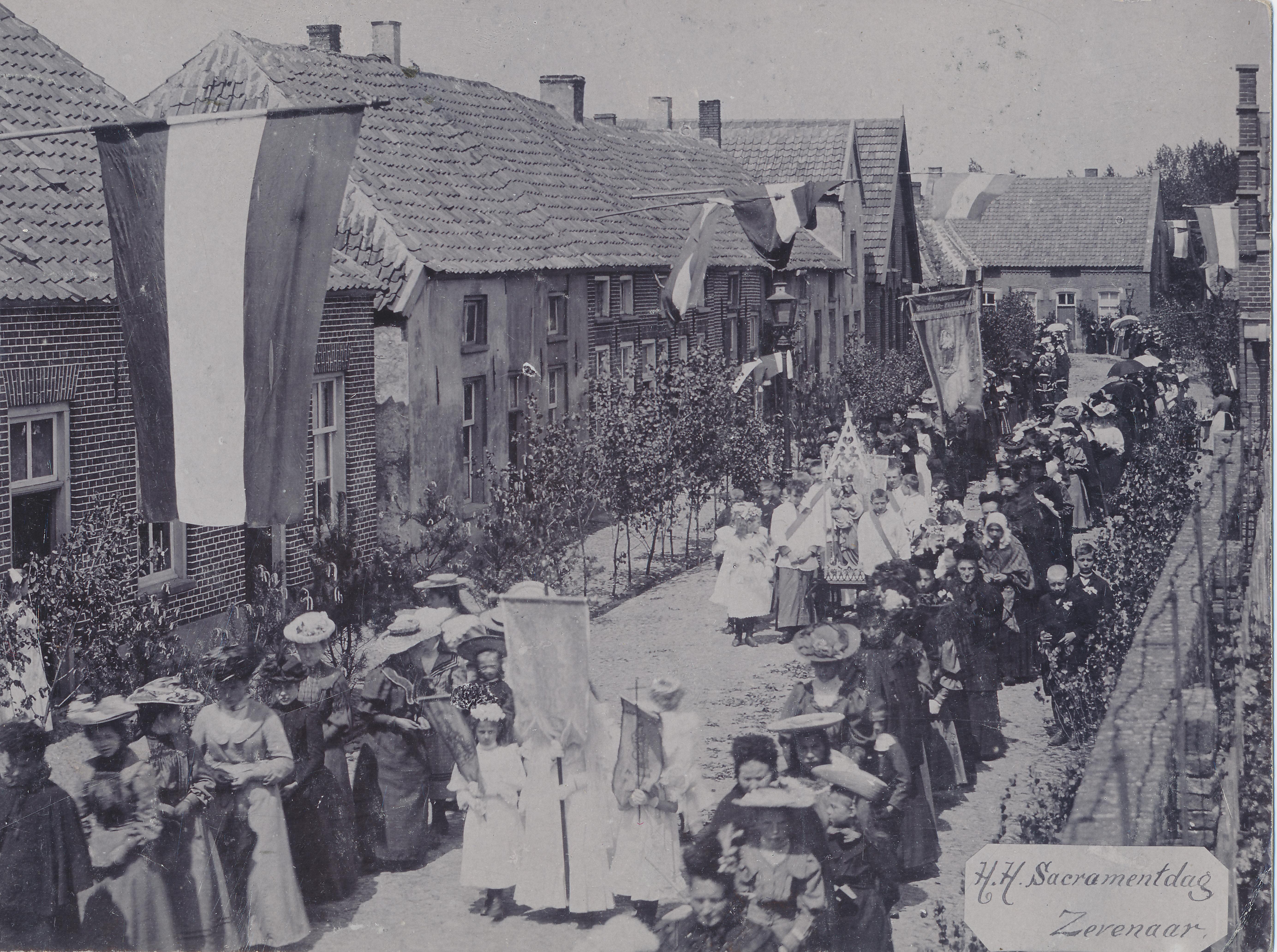 Sacramentsprocessie te Zevenaar (begin twintigste eeuw) © Streekarchivariaat de Liemers en Doesburg